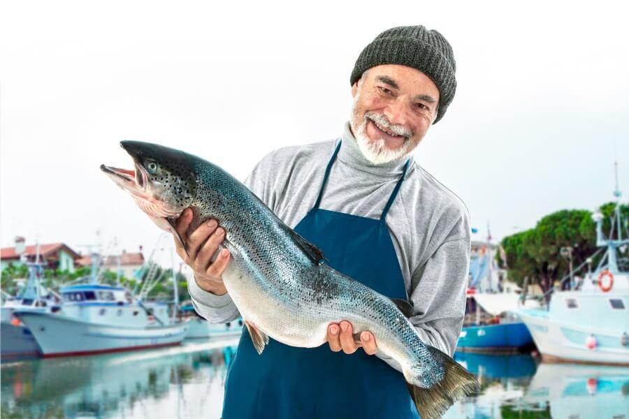 Fiskeindustri - mann holder en fisk